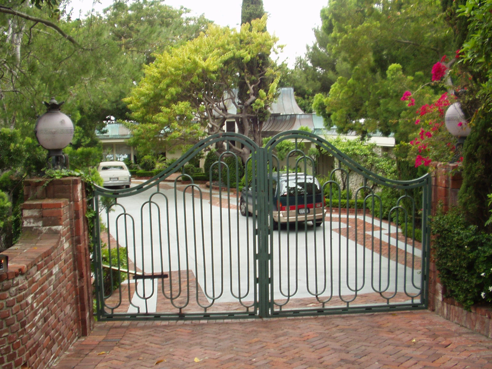 Celebrity driveways of the rich and famous by debbie burton for Movie star homes beverly hills