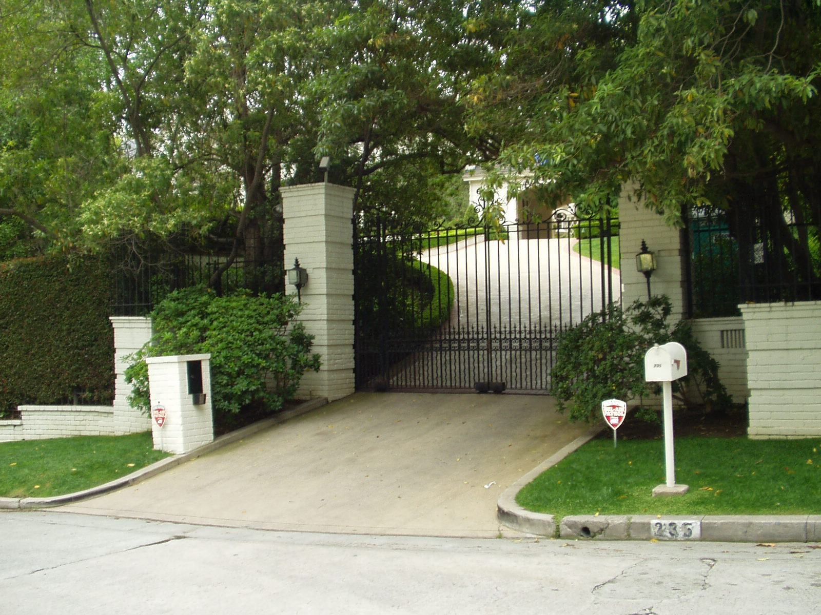 Celebrity Driveways of the Rich and Famous By Debbie Burton